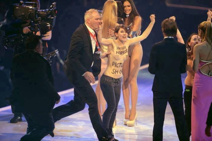 topless-women-crash-germanys-next-top-model-finale